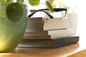 libri su uno scaffale foto