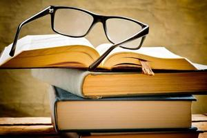 libro aperto con occhiali da lettura foto
