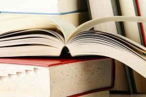 composizione con una pila di libri sul tavolo foto