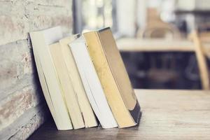 libri su un tavolo di legno foto