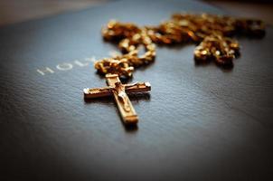 Sacra Bibbia con croce foto