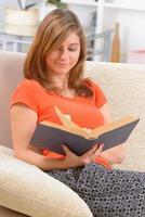 libro di lettura della donna foto