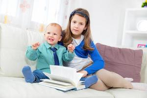 bambini che leggono il libro foto
