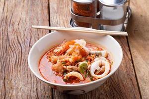 zuppa tom yum di noodle ai frutti di mare