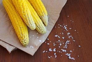 mais bollito con sale marino sulla pergamena foto