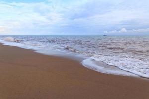 mare e onda in una giornata nuvolosa foto