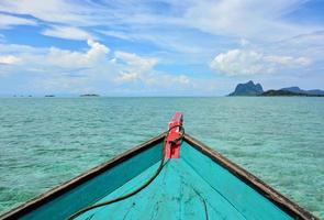 la prua di una barca in mare