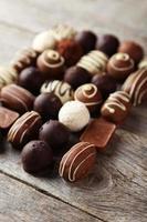 cioccolatini su fondo di legno grigio