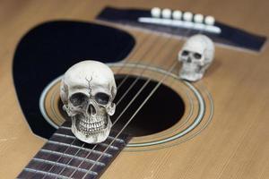 concetto di fotografia d'arte di natura morta con teschio e chitarra