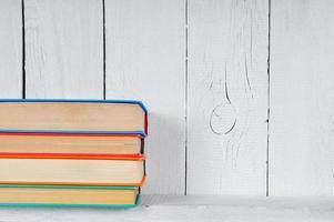 libri su una mensola in legno. foto
