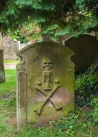 vecchia tomba di pietra in un cimitero inglese