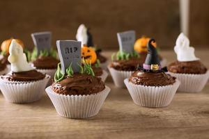gruppo di cupcakes helloween sul tavolo di legno foto