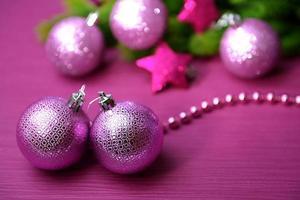palle di Natale su abete, su sfondo di colore foto