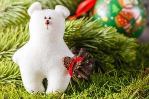 pino con cono e decorazione. concetto di Natale foto