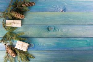 albero di natale abete con decorazione sulla tavola di legno blu.