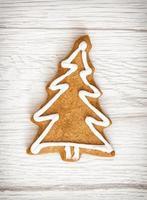 biscotto di pan di zenzero a forma di albero di natale, yuletide, merry christ foto