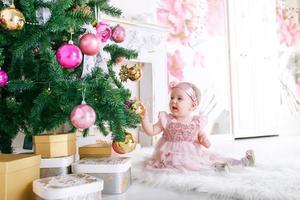 bambina all'albero di natale