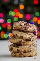 pila di biscotti con gocce di cioccolato davanti all'albero di natale