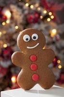 gingerbread man close up albero di natale in background