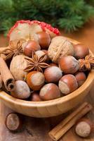 ciotola di legno con noci e spezie, close-up