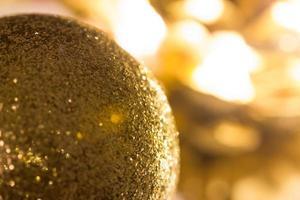 sfondo di decorazioni natalizie lucide foto