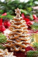 albero di biscotti allo zenzero su un tavolo festivo.