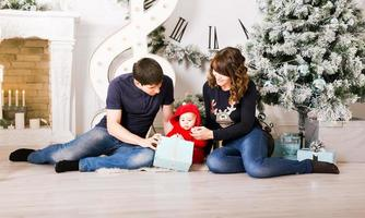 Ritratto di famiglia di Natale in casa, decorazione della casa con albero di Natale
