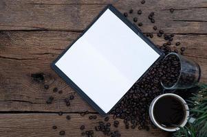 tazze da caffè, chicchi di caffè e un libro dei record
