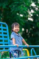 ragazza asiatica gode di giocare al parco giochi