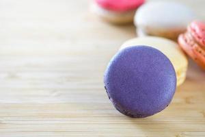 macarons colorati sulla superficie in legno marrone foto