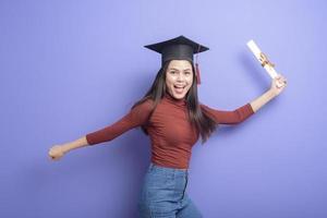 donna giovane studente universitario con tappo di laurea foto