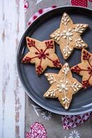 biscotti decorati di natale sulla zolla foto