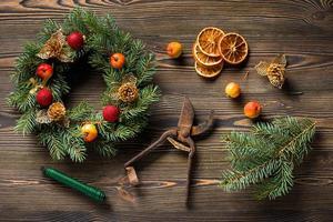 ghirlanda di natale sulla vista dall'alto del tavolo in legno marrone