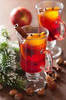 bicchiere di vin brulè con arancia e spezie, decorazioni natalizie