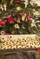 biscotti di natale sotto l'albero di natale foto