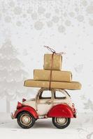 carta vacanze di Natale con scatole regalo su macchinina