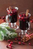 bicchiere di vin brulè con mirtilli rossi e spezie, bevanda invernale