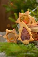 biscotti di Natale con finestre al caramello