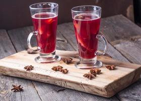 vin brulè su tavola di legno e tavola antica