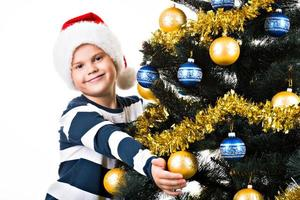 bambino felice con un regalo vicino all'albero di Natale