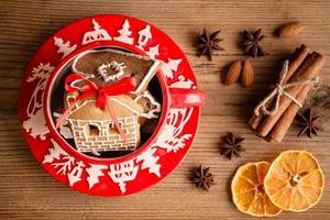 biscotti allo zenzero in una tazza rossa di Natale