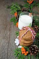 biscotto di Natale e latte per Babbo Natale foto