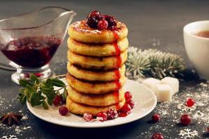 deliziose frittelle di ricotta con marmellata di ciliegie, mirtilli rossi a