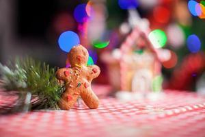 primo piano di sfondo uomo di pan di zenzero caramelle casa di zenzero foto