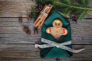 omino di marzapane su spezie natalizie, cannella, anice foto