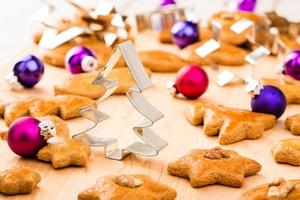 biscotti di panpepato di Natale con taglierine e palline di Natale.