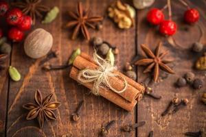 raccolta di spezie per vin brulè e pasticceria