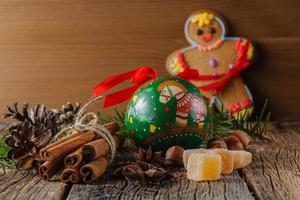 omino di marzapane e spezie natalizie, cannella, anice foto