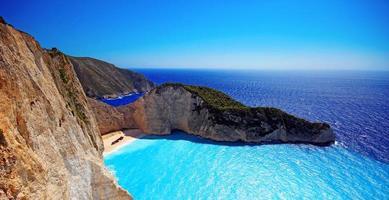 incredibile spiaggia di navagio (naufragio) nell'isola di zante, in grecia foto
