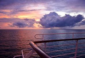 tramonto dal ponte di una barca foto